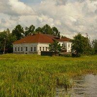 Дом возле берега... :: Николай Дони