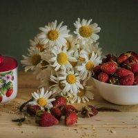 Клубника пахнет радостью и дарит лета вкус... :: Альмира Юсупова
