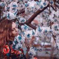 нежный образ девушки в цветущих деревьях :: Павел Тимофеев