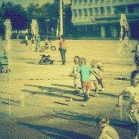 Дети, играющие у фонтана :: Григорий Кучушев