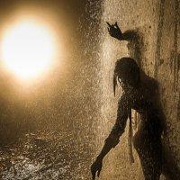 Силуэт девушки, танцующей в потоке воды. :: Павел Сытилин
