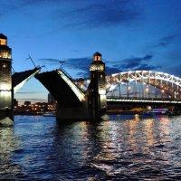 Разведение мостов, белые ночи :: Сергеенко Иван
