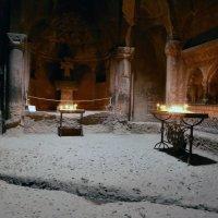 Зал в Храме в Гегарде, вырубленный в скале :: Лидия кутузова