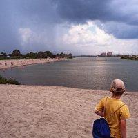 На пляже перед дождем :: Сергей Яценко