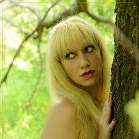 портрет Наташи летним жарким днем в тени деревьев :: Юрий S