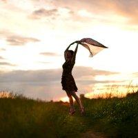 Последние лучи заката лежат на поле сжатой ржи.  Дремотой розовой объята трава некошеной межи... :: Андрей Беспалов