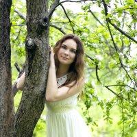 Девушка в яблоневом саду :: Марина Кулымова