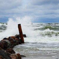 Волны бьются о камни волнореза :: Маргарита Батырева