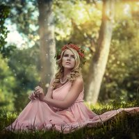 Девушка в розовом на траве :: Виктор Седов