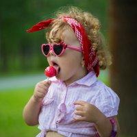 Девочка с конфетой :: Юлия