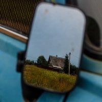 Домик в зеркале авто :: Елена Яшнева