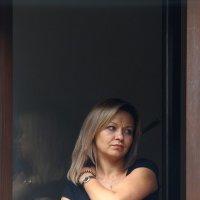 Эта женщина в окне... :: Юрий. Шмаков