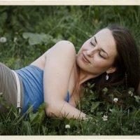 Девушка на траве :: Алексадр Мякшин