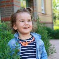 Маленькая девочка улыбается маме :: Наталья