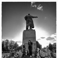 у памятника эпохи :: Сергей Демянюк