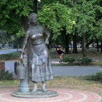 Ростов-на-Дону. Женщина с ведром :: Татьяна Смоляниченко