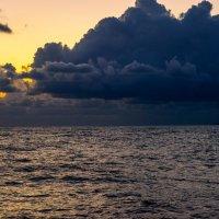Оброзование торнадо над морем :: Юрий Бичеров