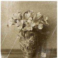 Альстрёмерия в вазе :: Nina Yudicheva