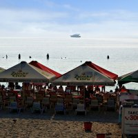 утро на пляже :: Александр Корчемный