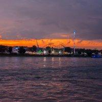 Вечерняя прогулка вдоль Рейна на закате. Дюссельдорф :: Witalij Loewin