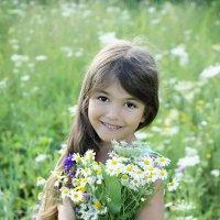 Алинка и полевые цветы :: Наталия Ефремова