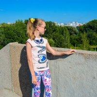 Смотрит на город с высоты моста :: Света Кондрашова