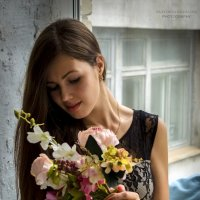 Красивая девушка с цветами на окне :: Екатерина Ковалёва