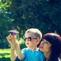 Мама учит пускать самолетик :: Евгения Виноградова