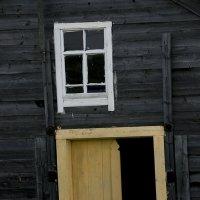 Окно и дверь :: Людмила Синицына