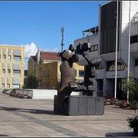 Памятник перед новой городской ратушей :: Вера