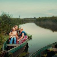 Семья в лодке :: Сергей Урюпин
