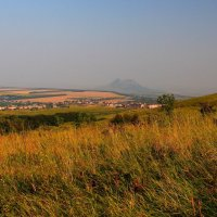 Летнее утро на склонах г. Бештау. Вид на г. Лермонтов и гору Верблюд :: Vladimir 070549