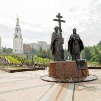 Ханты-Мансийск, памятник Кириллу и Мефодию :: Михаил Рехметов