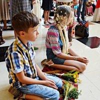 Дітки у храмі :: Степан Карачко