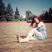 Девушка с фотоаппаратом на площади :: Дмитрий Кузнецов