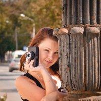 Девушка с фотоаппаратом в городе :: Дмитрий Кузнецов