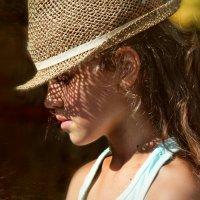 Девочка в соломенной шляпке :: Ирина Сивовол