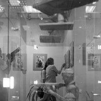 На фотовыставке. :: Евгений Голубев