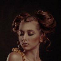 девушка со змеей :: Наталья Коржова