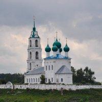 Храм на берегу реки Волги :: Сергей Тагиров