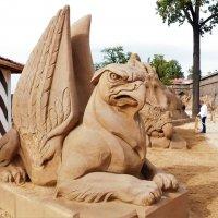 ГРИФОНЫ-ХРАНИТЕЛИ ГОРОДА  Выставка песчаных скульптур, :: Виктор Елисеев