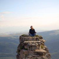 Вечерняя медитация на скальном выступе. Большой Бермамыт. Высота более 2500 м. :: Vladimir 070549