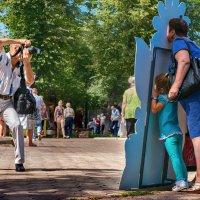 Фотография на память в летнем парке в солнечную погоду :: Николай Бабухин
