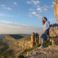 Весь мир у её ног... Вечерний Бермамыт. Скалы Монахи. 2500 м. Внизу бездна Эшкаконского ущелья :: Vladimir 070549