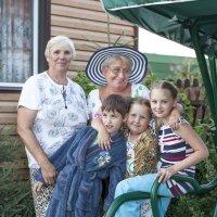 бабушки с внучатами :: Slava