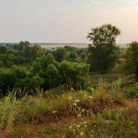 На холме возле деревни :: Юрий Суханов