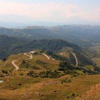 Перевал Гум-Баши с высокогорным озером.. Вид на плато Бийчесын и Маринское ущелье. :: Vladimir 070549