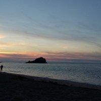 Фотограф на закатном пляже. :: Лилия Дмитриева