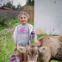 Девочка и теленок :: Астарта Драгнил