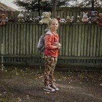 Портрет девочки на фоне забора с игрушками. :: Алексадр Мякшин
